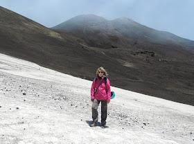 lungo le pendici dell'etna e dietro il cratere