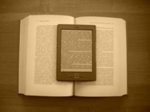 Kindle 4 położony na książce