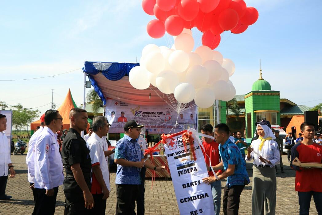 Walikota Binjai lepaskan balon ke udara  dan   pemasangan tanda peserta serta foto bersama dengan peserta jumbara