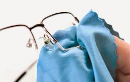 Curatarea ochelarilor cu o carpa de uscata