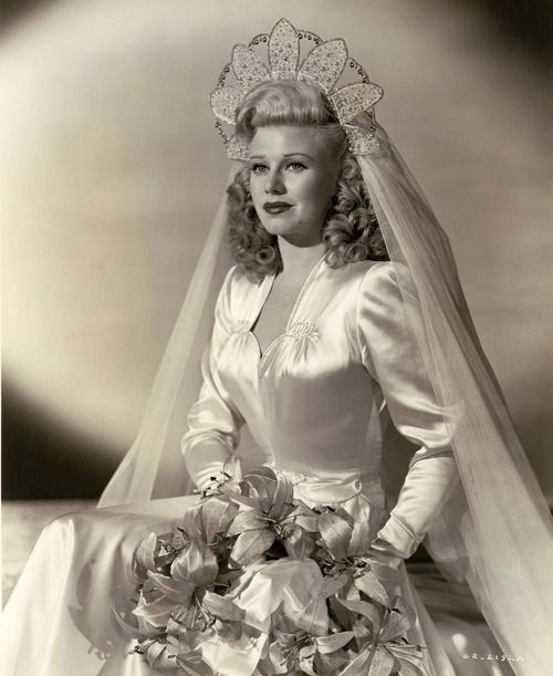 Vestido de noiva anos 40, casamento, Maria Montez atriz vestido clássico dos anos 40 com enfeite na cabeça extravagante