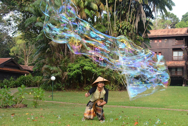 Giant Bubble Show by Kapten Bueh Bossa
