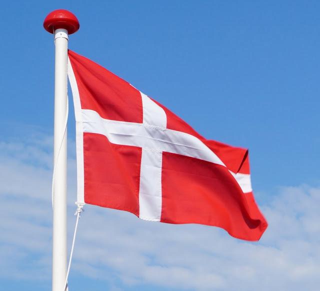 10 Dinge, die man unbedingt im Dänemark-Urlaub gemacht haben muss Dänemark Urlaub Ferien Tourist typisch dänisch Must-See Must-Do Sachen Essen Attraktionen Sehenswürdigkeiten Flagge Fahne