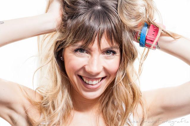Imagen de una chica joven mirando a cámara con esquema de luces clamshell y fondo blanco en actitud divertida