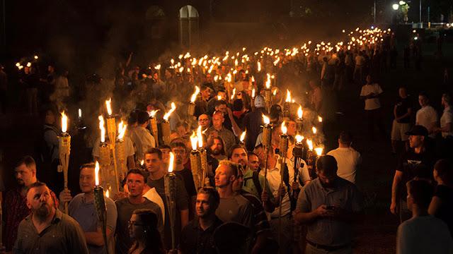Supremacistas blancos marchan con antorchas por la Universidad de Virginia / Alejandro Alvarez / Reuters
