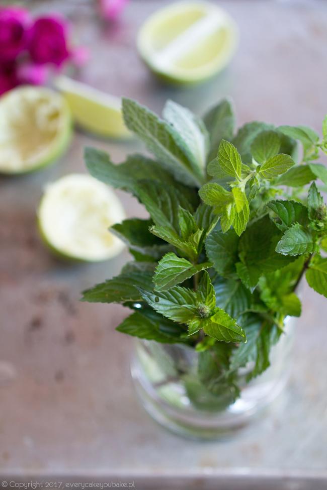 truskawkowe mojito - letni drink z miętą, rumem i truskawkami