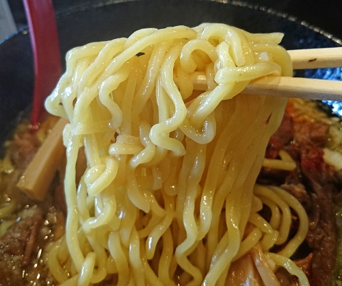 牛すじラーメンの麺の写真