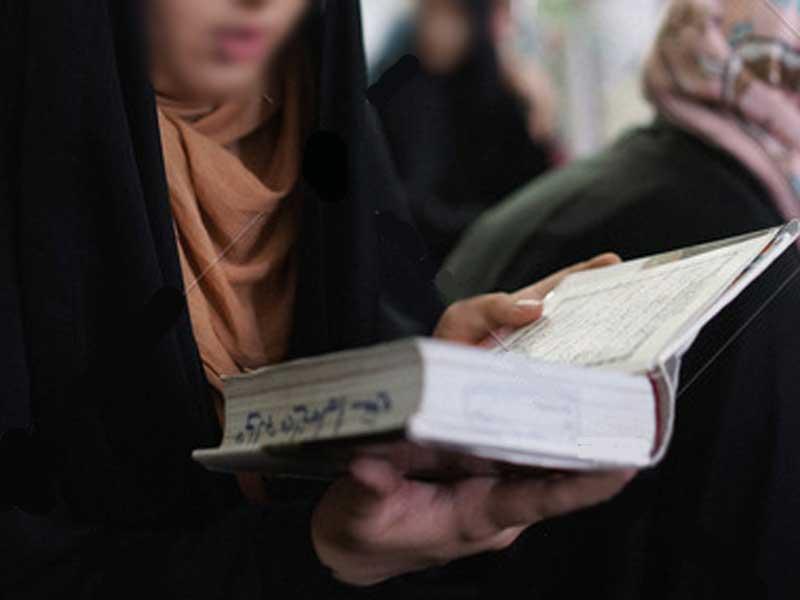 Apakah hukum wanita membaca alquran tidak menutup aurat