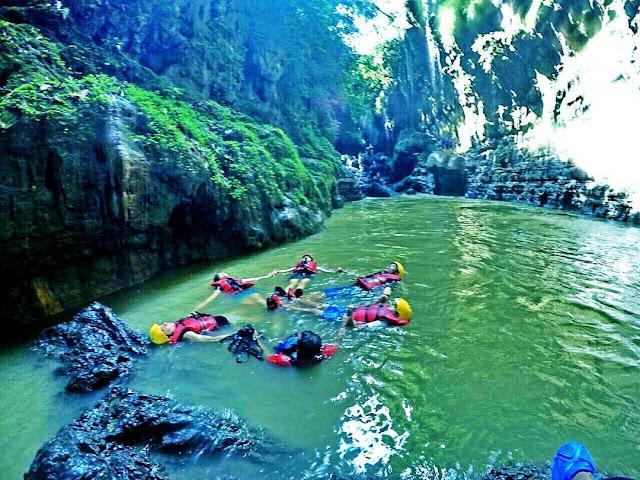 foto serunya berenang di green canyon pangandaran