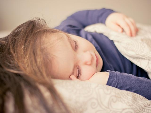 Kind schläft nach Fieberkrampf