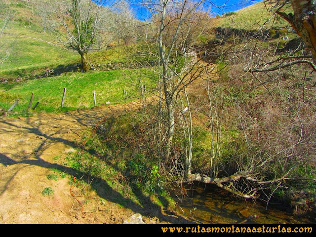Ruta peña Manteca o Horru: Cruce sobre el arroyo y desvío a la derecha