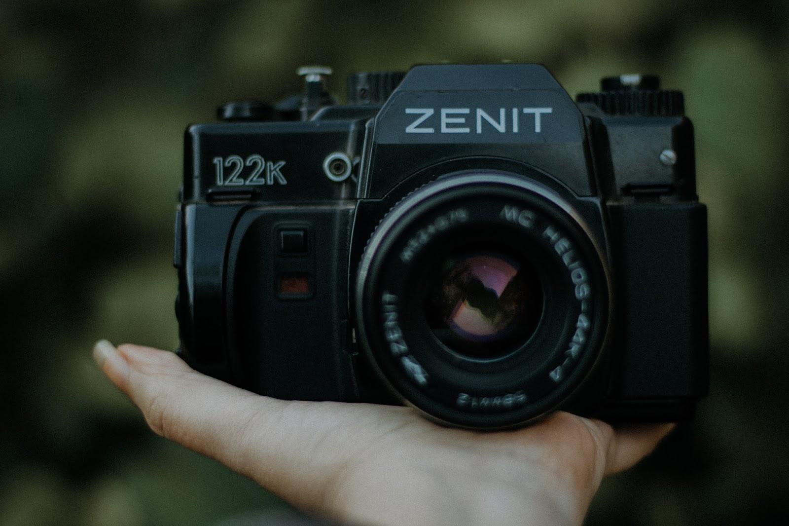 Comprei: Zenit 122. Se você não tem muita intimidade com as câmeras analógicas eu vou tentar te explicar um pouco sobre ela. Essa câmera que comprei é uma Zenit 122K, que é uma versão da Zenit 122. Mas, quais são as diferenças entre as duas? Na verdade as duas são quase idênticas, mas a única diferença é que a baioneta da Zenit 122 é uma m42, já a baioneta da Zenit 122k, é uma baioneta pentax K. A baioneta é a boca de encaixe da lente com a câmera.   A baioneta M42 é quando tu só enrosca até ficar firme e encaixada. Já a baioneta Pentax K, você tem que encaixar até escutar o click como nas dslr de hoje em dia. O legal da baioneta PK, é que quando for comprar a minha próxima aquisição, a pentax k1000, vou procurar uma que venha com uma outra lente <3
