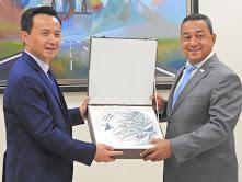 El embajador de China en República Dominicana Zhang Run elogia tecnologías del complejo aeronáutico.A su lado, Alejandro Herrera,director del IDAC