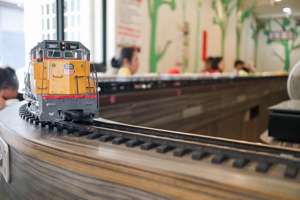 台中北屯養素庭迴轉火車蔬食火鍋吃到飽,火車將美食送到面前