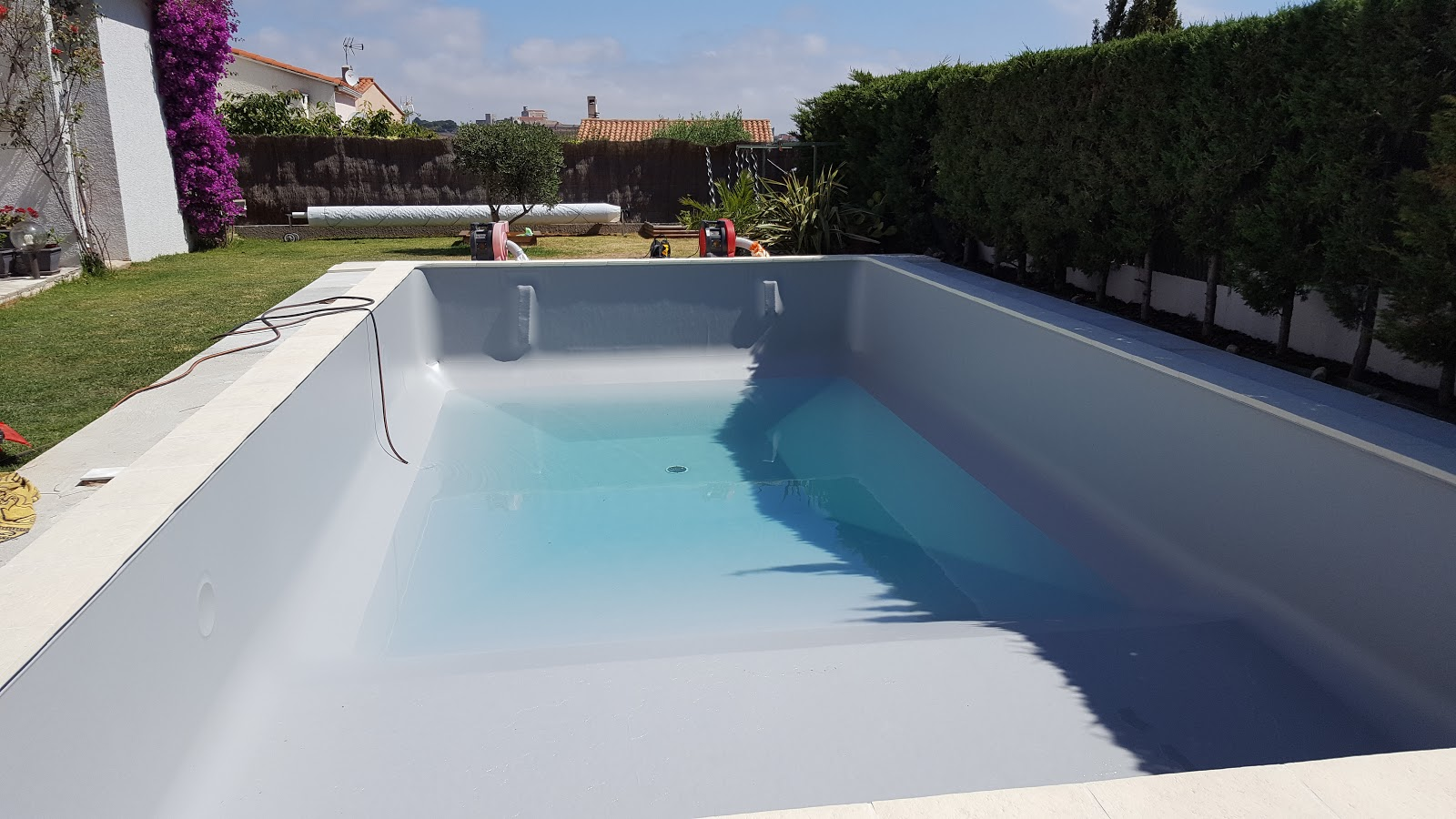 Piscine perpignan 66 aquazur piscine installation for Accrocher liner piscine