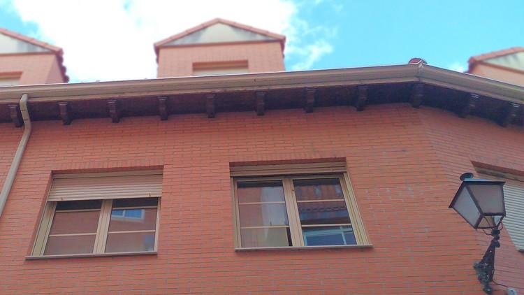 proyecto de edificio de viviendas en esquina cornisa