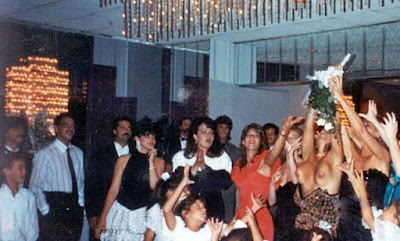 Brautstrauß fangen - lustige Bilder Hochzeitsfeier