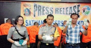 Kapolres Batubara AKBP Dedy Indriyanto idampingi Wakapolres Kompol Franciska Munte dan Kasat Narkoba AKP Heri Tambunan memaparkan kasus penangkapan 11 tersangka narkoba.