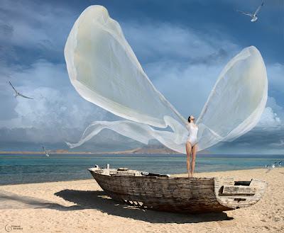 Mujer con bikini blanco en la playa
