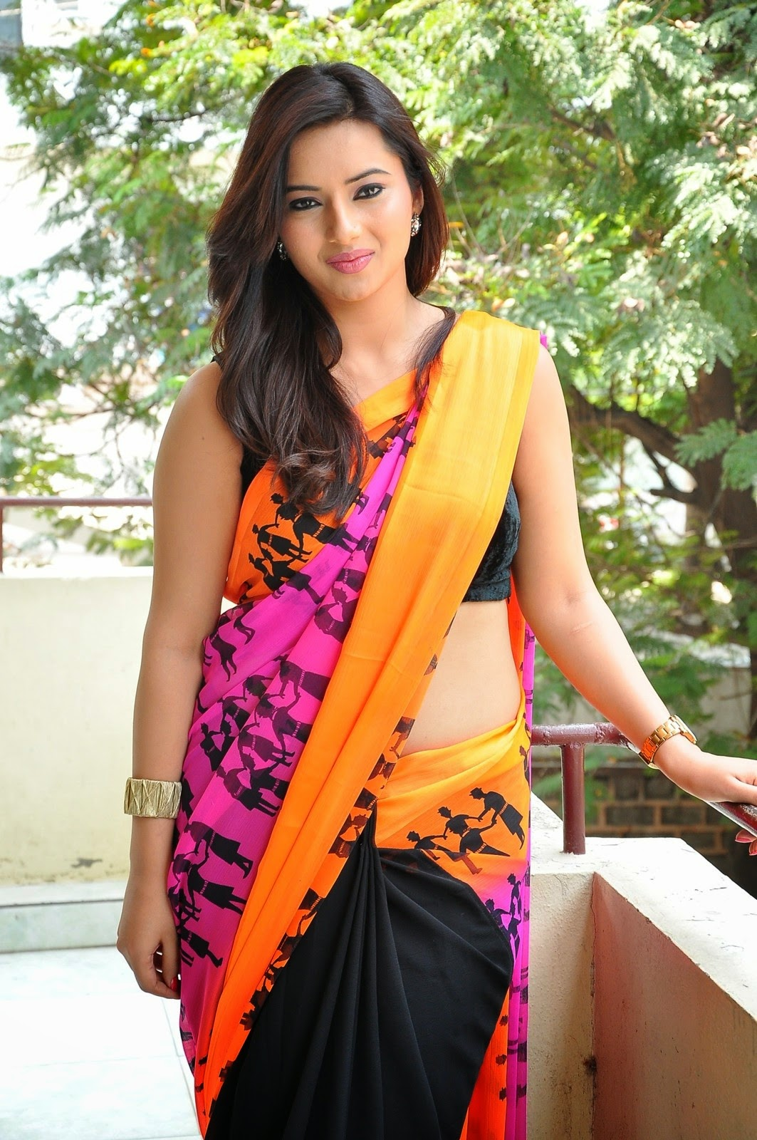 Saree Navel: Actress Isha Chawla Latest Hot Navel Saree Photo Stills