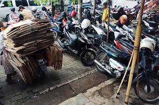 Parkiran pasar Pedurungan, yang merupakan salah satu pasar tradisional di kota Semarang.