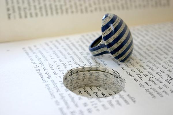 Anillo  hecho con libro reciclado