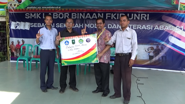 Salam Literasi, Kepala Sekolah SMK Labor, Staf dan Tim Penggerak Literasi Inprasa, Kak Agus DS dan Kak Usep