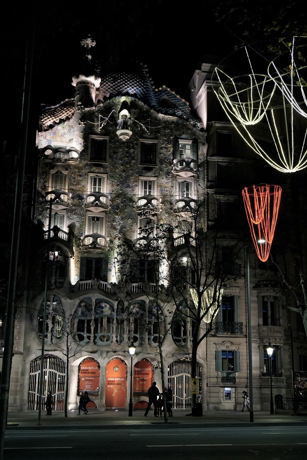 夜のカサ・バトリョ(Casa Batlló)