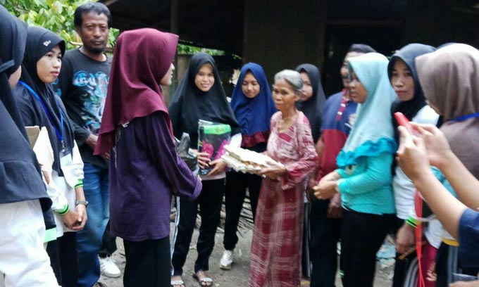 Mahasiswa Stikes Muhammadiyah Sidrap Santuni Warga Miskin di Soppeng