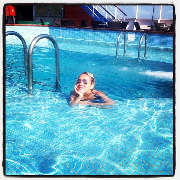جوانا كركي تشعل انستقرام بالمايوة في حمام السباحة