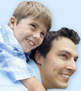 Imagen de padre cargando a la espalda a su hijo