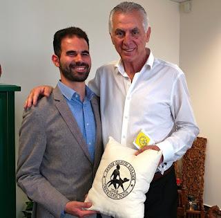 Ο Ανδρέας Παχατουρίδης με το Βαγγέλη Αυγουλά και δώρο μαξιλάρι από τους σκύλους οδηγούς