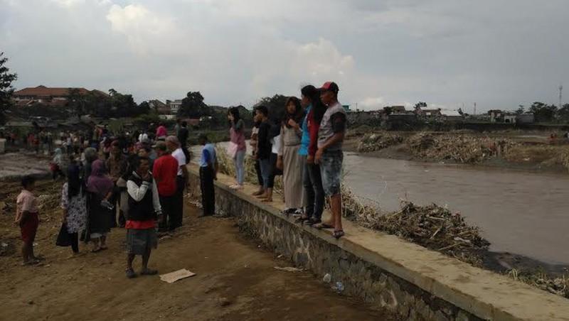 Masyarakat berkunjung ke lokasi banjir di Garut