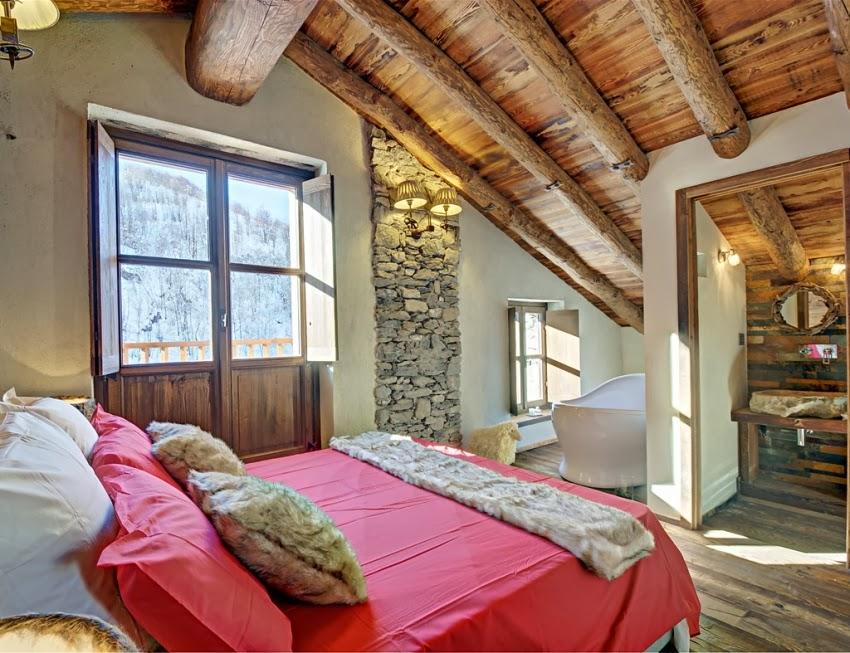 Zachwycająca drewniana chatka w Alpach, wystrój wnętrz, wnętrza, urządzanie domu, dekoracje wnętrz, aranżacja wnętrz, inspiracje wnętrz,interior design , dom i wnętrze, aranżacja mieszkania, modne wnętrza, styl rustykalny, styl klsyczny, drewniany dom, dom w górach, górska chata, sypialnia