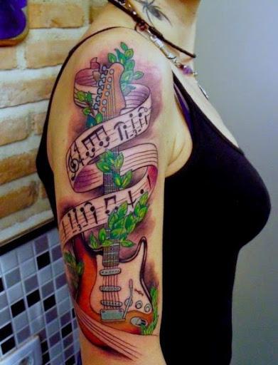 Violão com a música tatuagem para as meninas no braço, olhar bonito