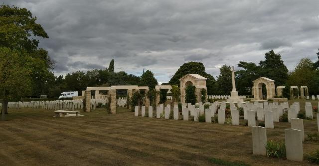 Vista del cementeri amb l'autocaravana al fons