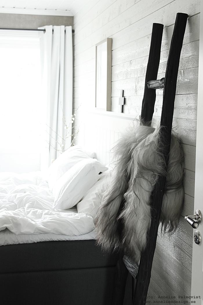 säng, sovrum, sovrummet, klädstege, fårskinn, skinn, fäll, fällar, skinnet, isländskt fårskinn, sängkläder, påslakan, vit liggande panel, mörkläggningsgardiner, heltäckningsmatta, sminkbord, korg, bokstavslampa, lampa, lampor, cirkuslampa, cirkuslampan, bokstav lampa, annelies design, inredning, webbutik, webbutiker, webshop,