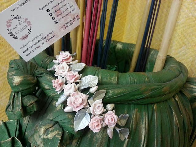 Tiara de novia con rosas y hojas de porcelana
