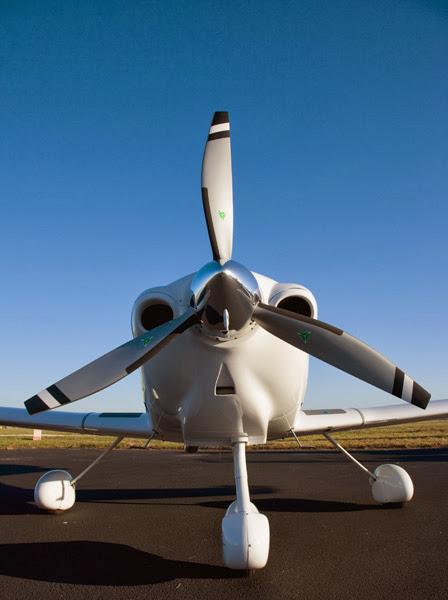 Vista frontal del avión DA40