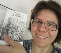 ich halte den gedichtband in der hand, er zeigt stilisierte bäume