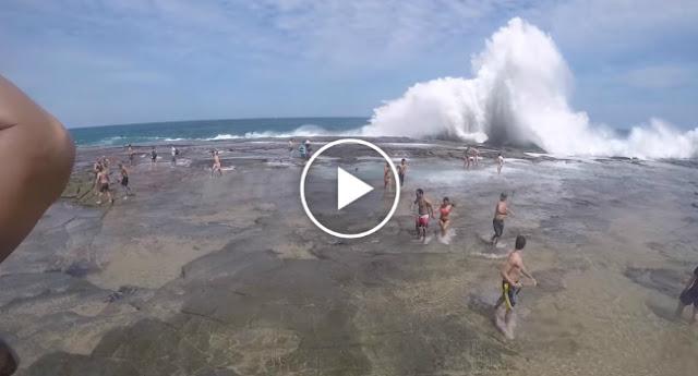 Onda gigante em praia