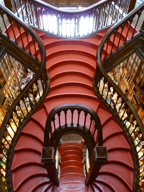 Escalera de la Libreria Lello e Irmao, vista de los escalones rojos