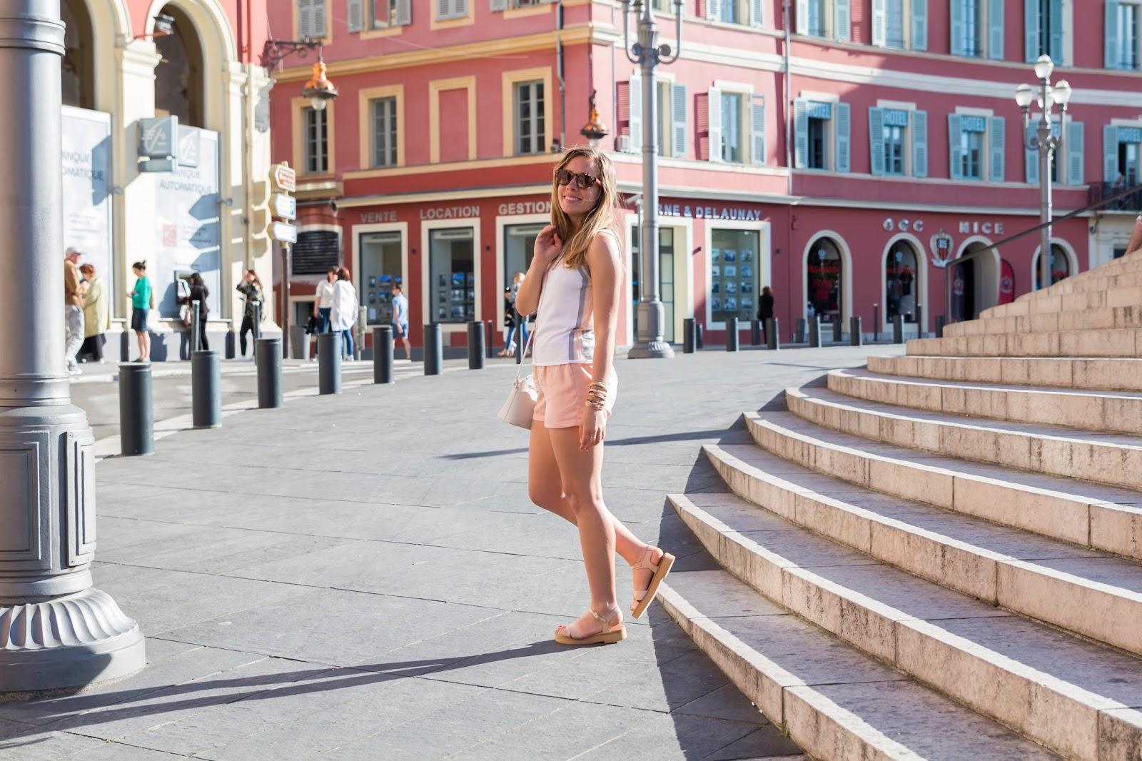 tenue pastel à Nice