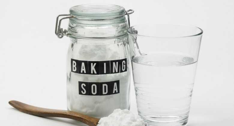 Whiten your teeth using baking soda