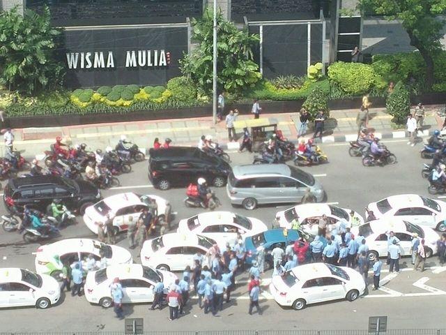 Video : Aksi Brutal Saat Para Sopir Taksi Melakukan Demo ini Hebohkan Dunia Maya