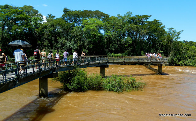 Passarela que leva os visitantes até as Cataratas do Iguaçu, no lado argentino