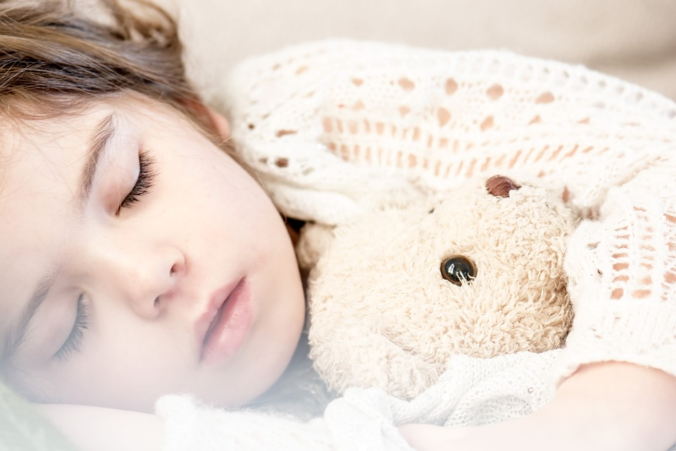 sleeping-mother-nails-woman-family-familia-recem-nascido-bebê-criança-mãe-maternidade-pai-amor-mulher-choro-filhos- mãe-e-filha-abraço-criança-dormindo