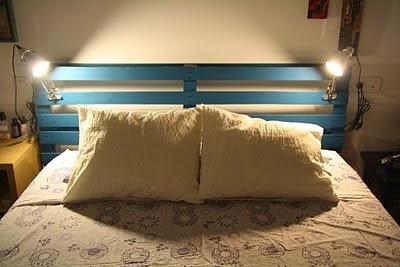 cabecero de cama combinando maderas recicladas