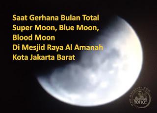Saat Gerhana Bulan Total di Mesjid Raya Al Amanah Kota Jakarta Barat