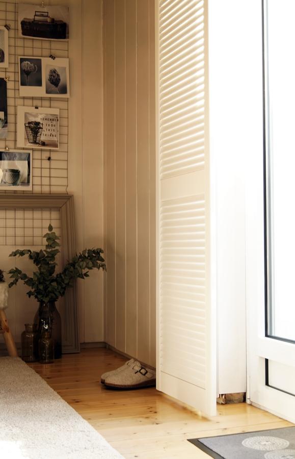 Blog + Fotografie by it's me! - weißer Fensterladen, weiße Filzpantoffeln